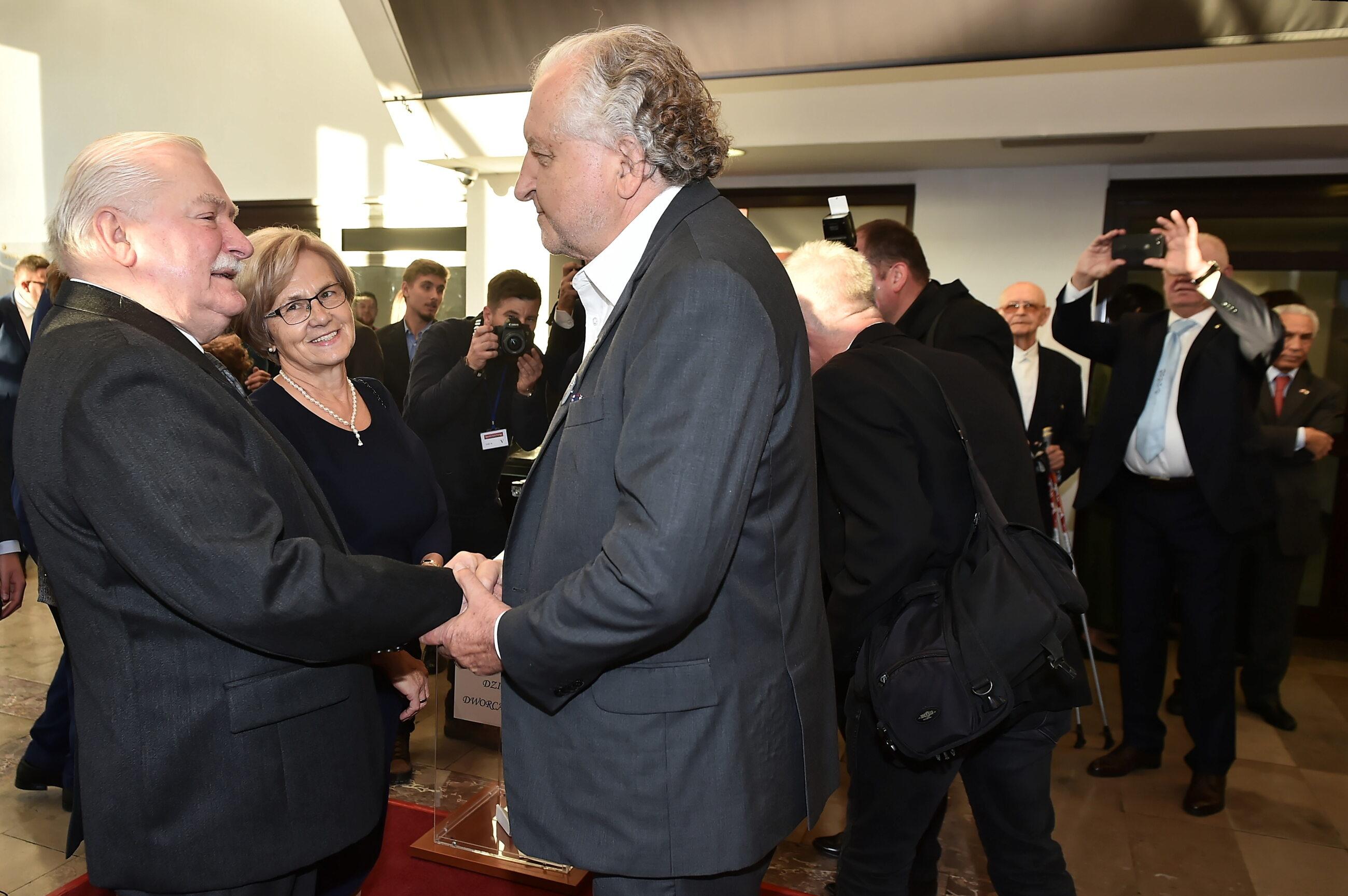 Lech Wałęsa (L) z żoną Danutą (2L) i były prezes Trybunału Konstytucyjnego prof. Andrzej Rzepliński (C)