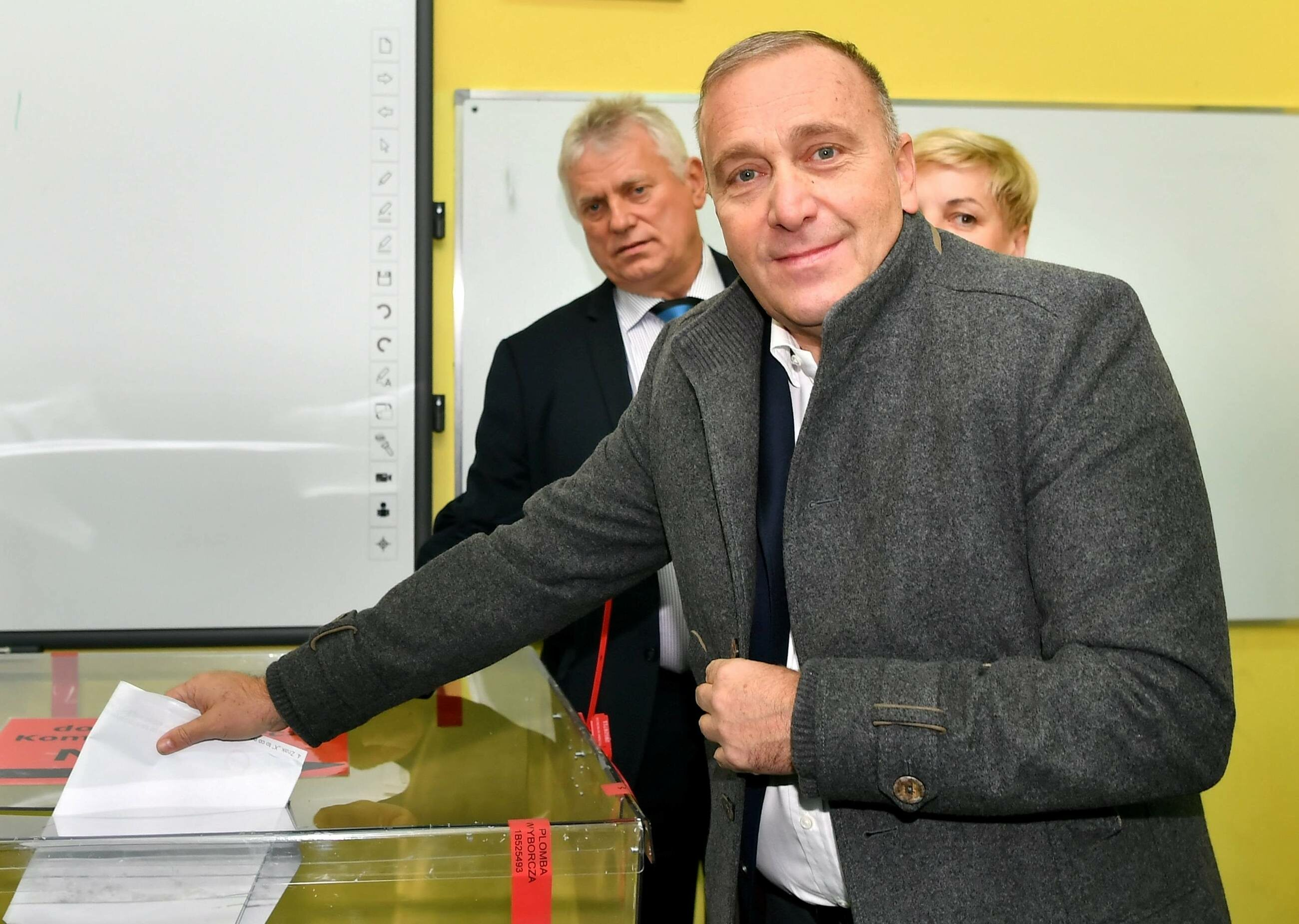 Grzegorz Schetyna podczas głosowania we Wrocławiu