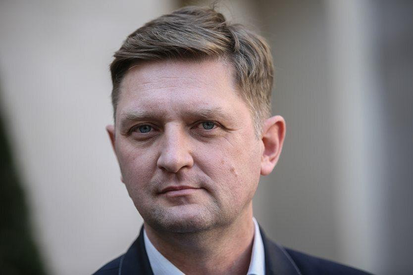 W lipcu nowym kandydatem SLD na prezydenta Warszawy został były polityk Ruchu Palikota, Andrzej Rozenek. Decyzja władz partii nie przypadła jednak wszystkim do gustu. Krytycznie do nowego kandydata odniósł się były premier Leszek Miller.