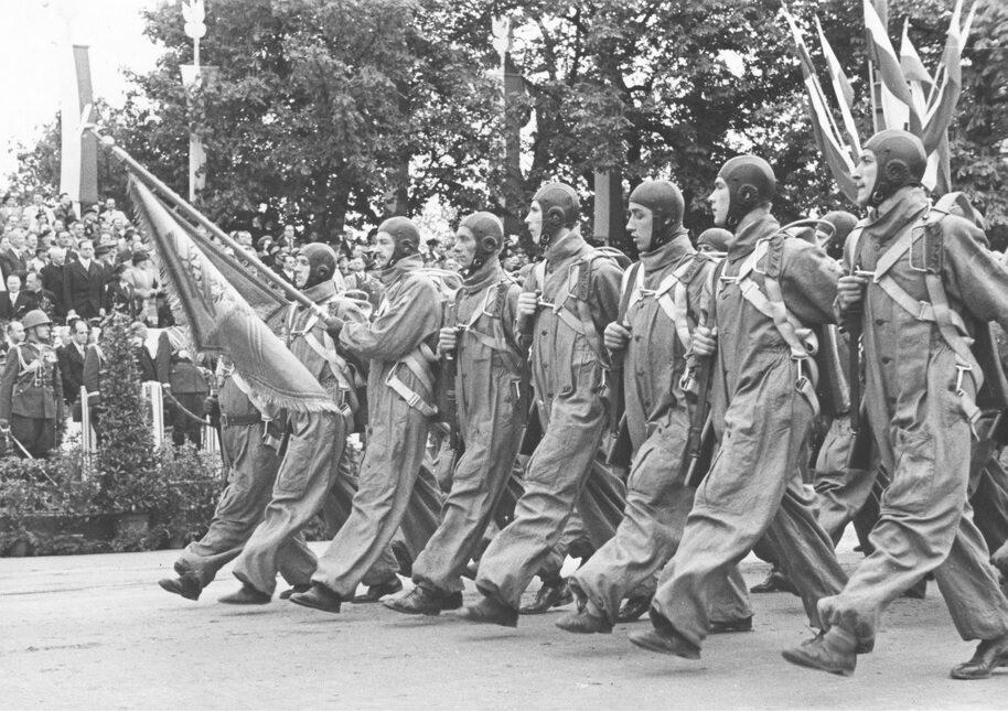 Lotnicy defilują w Alejach Ujazdowskich. Warszawa, 1939 r.