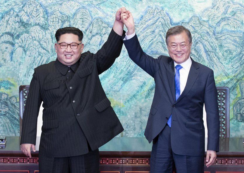 27. 04. || W kwietniu doszło do historycznego spotkania przywódców Korei Północnej i Południowej. Politycy zadeklarowali, że w najbliższej przyszłości podpiszą traktat pokojowy oficjalnie kończący trwającą od 65 lat wojnę pomiędzy dwoma krajami.